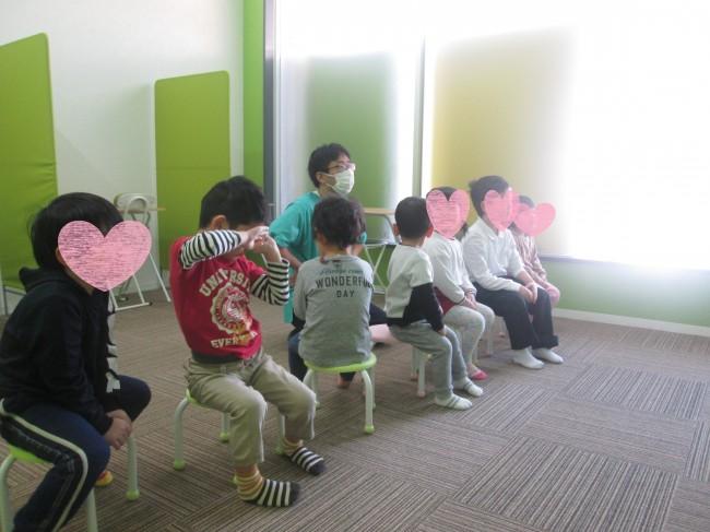 みんな座ってる写真